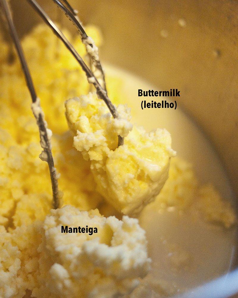 Manteiga caseira com a separação da gordura e buttermilk dentro de uma tigela da batedeira.