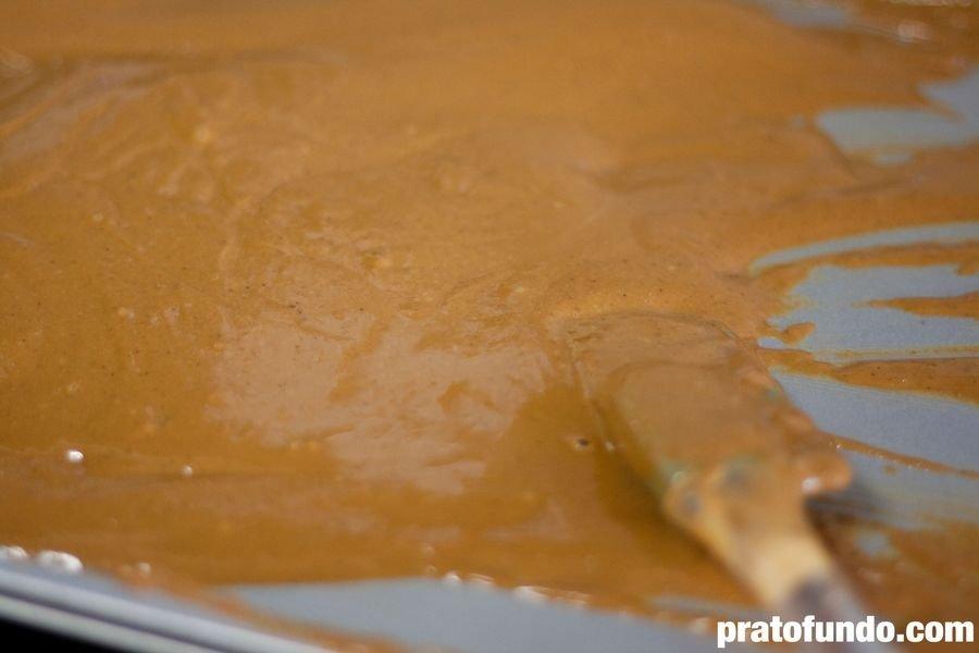 Chocolate branco caramelizado derretido dentro de uma assadeira