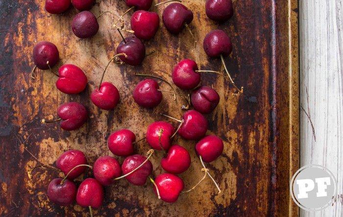 Cerejas frescas espalhadas sobre assadeira