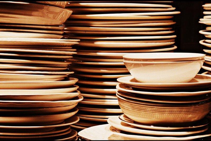 Pilha de pratos e tigelas