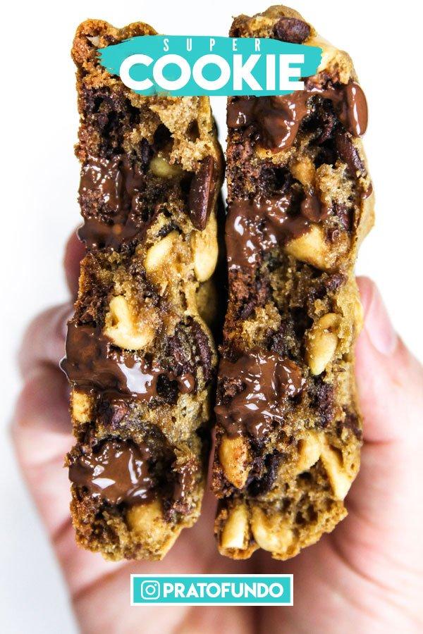 Cookie partido segurado por uma mão