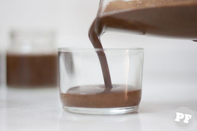 Mousse de chocolate sendo colocado em potinho de vidro