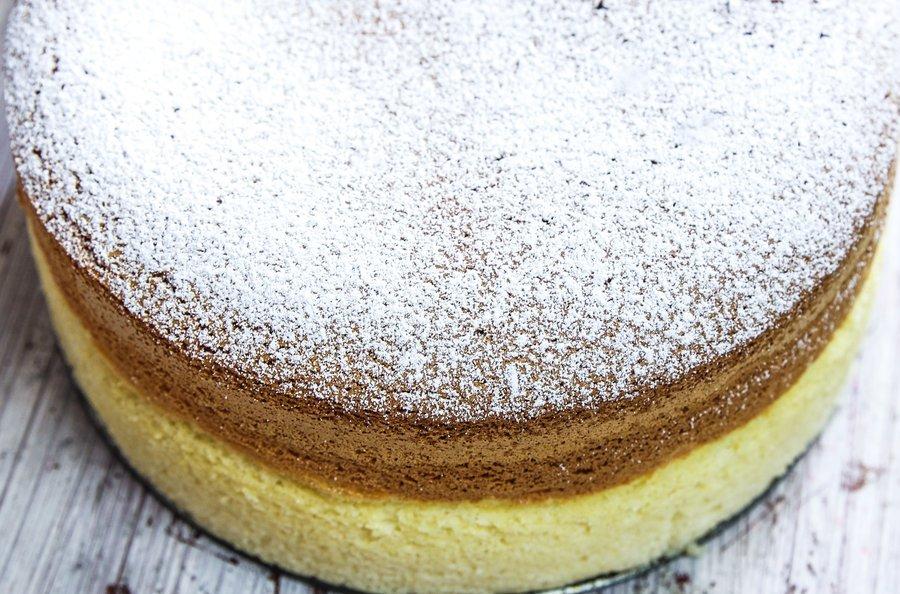 Cheesecake japonês visto de cima e tem açúcar de confeiteiro na superfície do doce