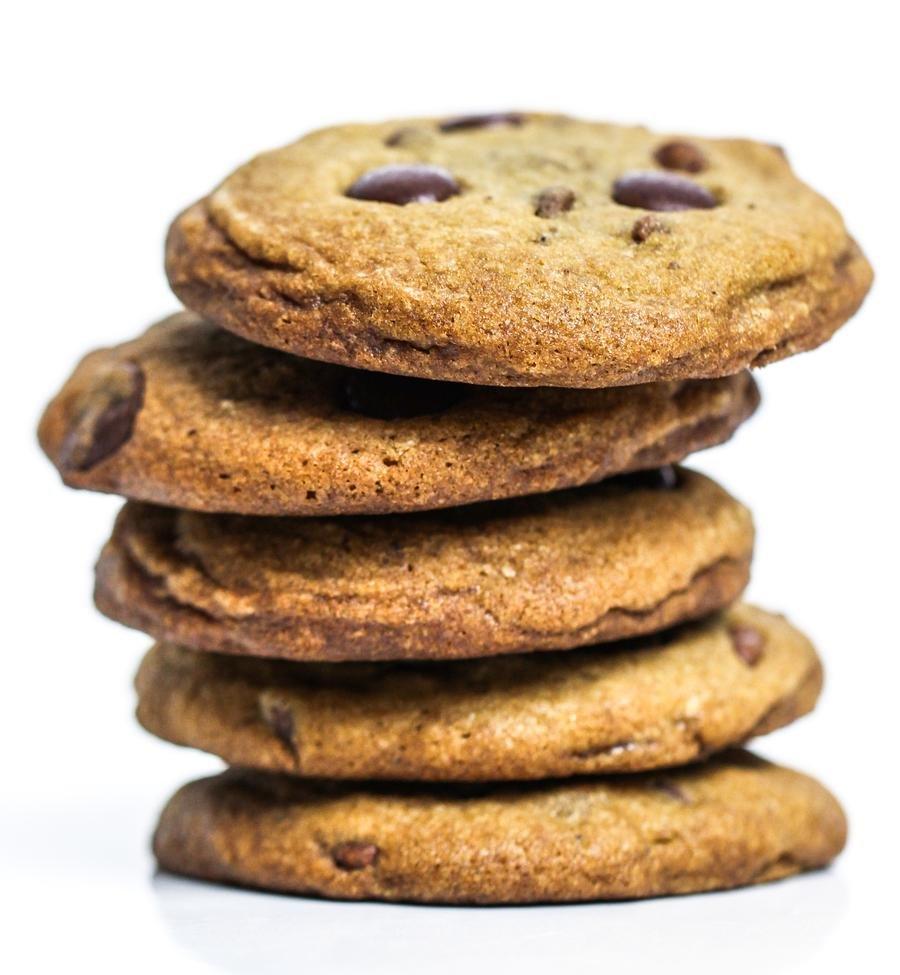 Cookies de chocolate empilhados em detalhe