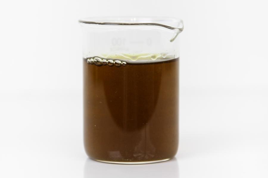 Extrato de vegetais escuro dentro de um copo de vidro