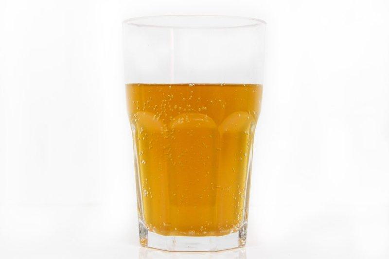 Coca-cola caseira em um copo de vidro