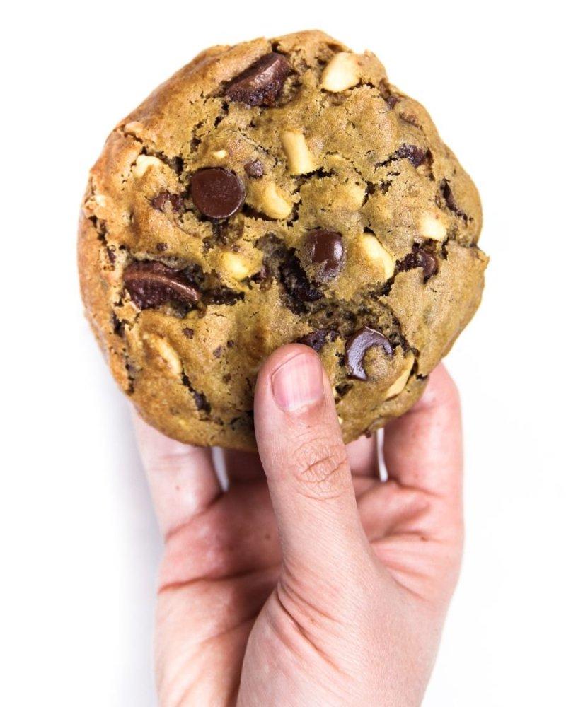 Cookie grande sendo segurado por uma mão