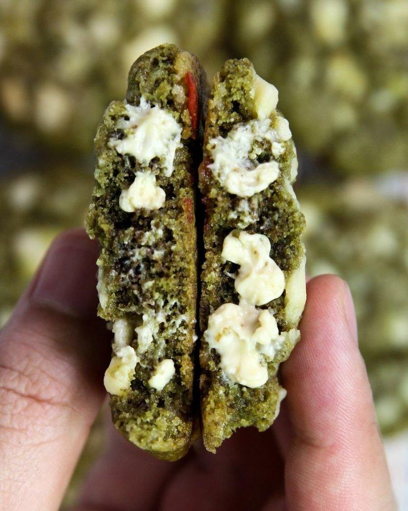 Cookie de Matcha e Chocolate Branco aberto visto de perto