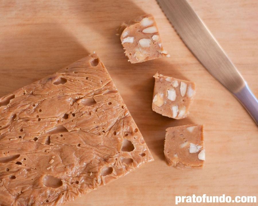 Fudge de Chocolate Branco Caramelizado cortado em quadrados sobre uma tábua de madeira visto por cima