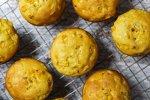 Muffin de fubá e milho sobre uma grade de metal