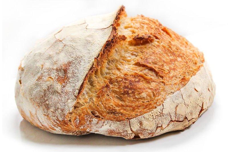 Pão redondo inteiro visto de perto