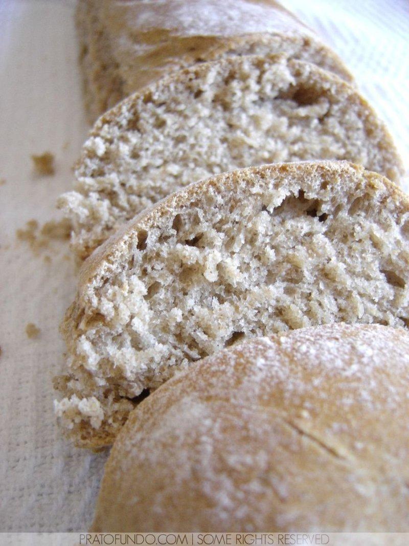 Fatias de pães sobre pano de prato