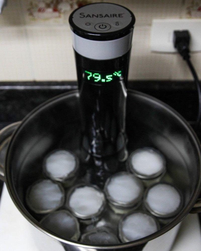 Banho-maria cozinhando pudim dentro de uma panela