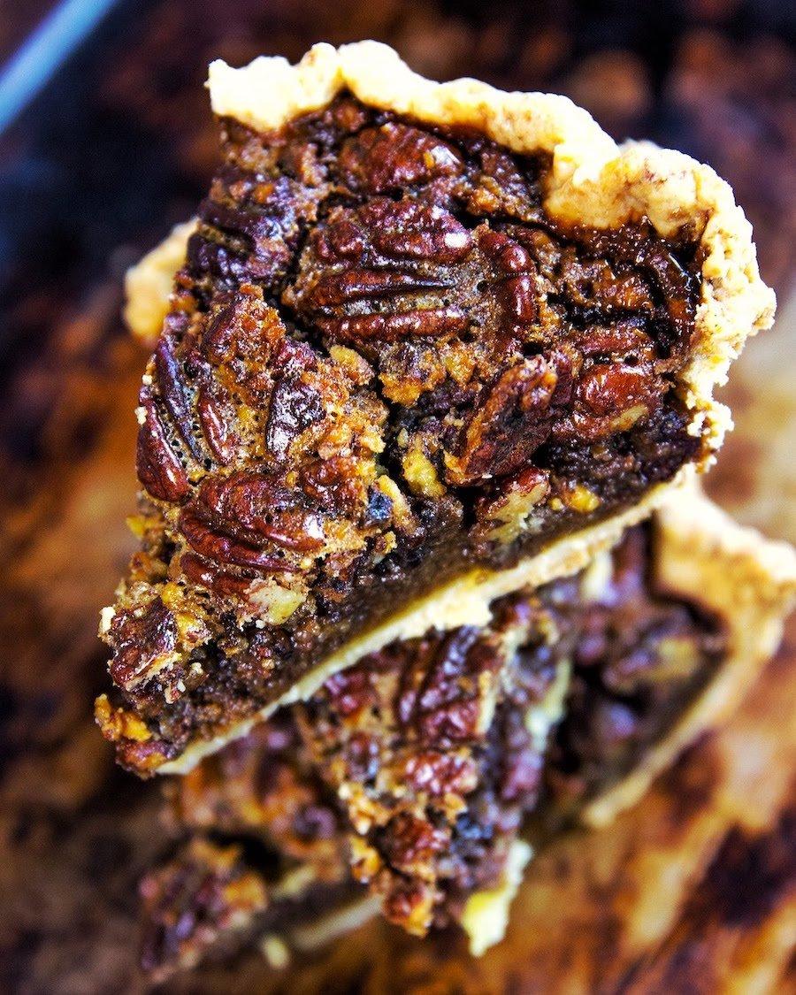 Pedaços de Pecan Pie (Torta de Nozes Pecan) em destaque