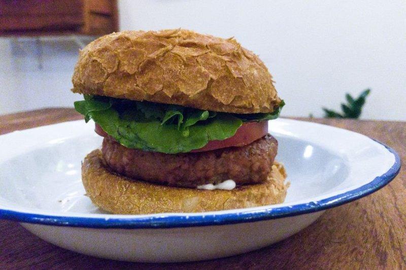Hambúrguer sobre um prato