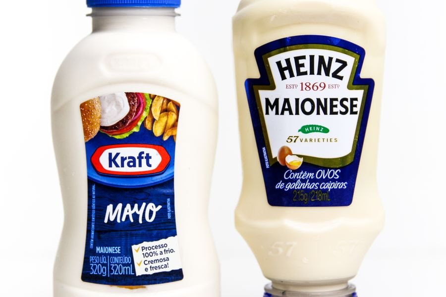 Bisnaga de maionese da Kraft e da Heinz em fundo brando