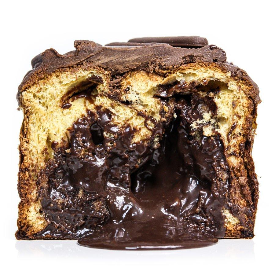 Panettone de chocolate cortado na vertical com recheio escorrendo
