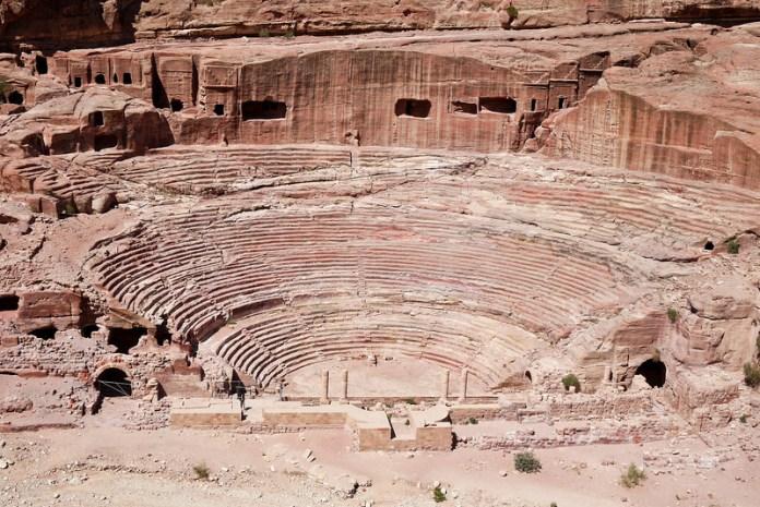 Contando con gradas en 3 niveles, su capacidad final es de 8 500 asientos.