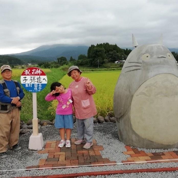 totoro, abuelos construyen totoro, japón