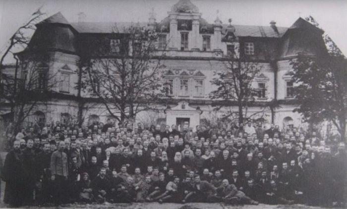 Делегаты первого всеукраинского собора УАПЦ(Л) на фоне собора Софии Киевской, октябрь 1921 г.