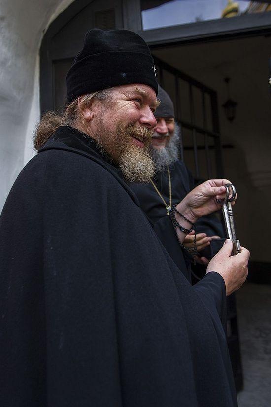 У владыки Тихона в руках ключи от Ризницы, возвращенной в монастырь отцом Алипием
