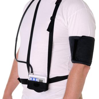 Mann mit Blutdruckmessgerät