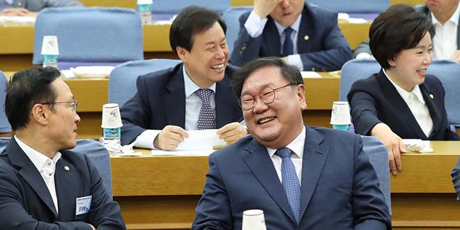 밝은 표정의 민주당