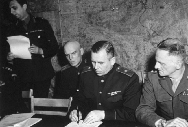 И.А. Суслопаров подписывает акт