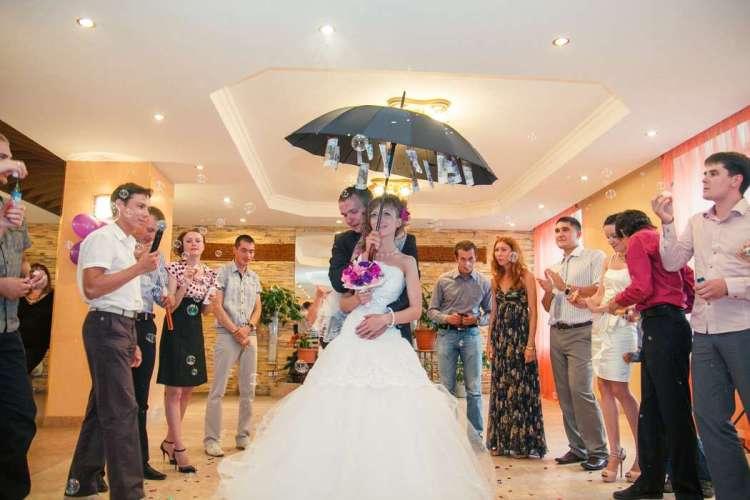 подарить зонт на свадьбу