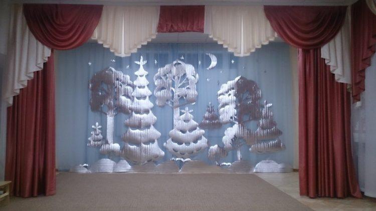 новогоднее украшение школьного актового зала
