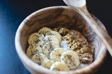 foodiesfeed.com_oatmeal-chia-banana-walnuts