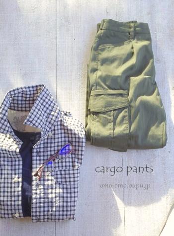 ミニタリーファッションのカーゴパンツとギンガムチェックコーデ