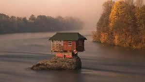 La maison au milieu de l'eau