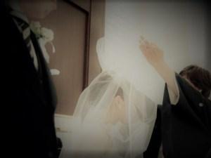 母にベールダウンをしてもらう花嫁