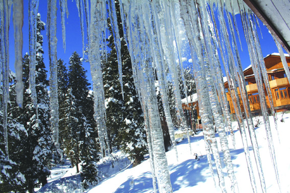 Cold wave continues in Kashmir, Drass freezes at minus 28.7