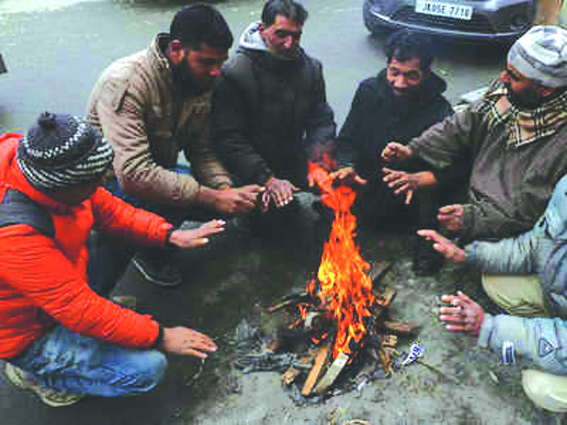 Cold wave grips Kashmir