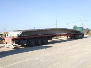 Foto de camión transportando una viga