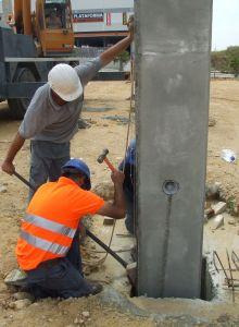 Foto de operarios colocando aplomando el pilar