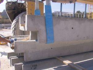 Foto cargando una viga canal prefabricada