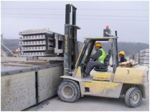 Foto de carga de camión con carretilla