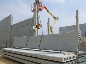 foto de montaje de fachada con placa alveolar