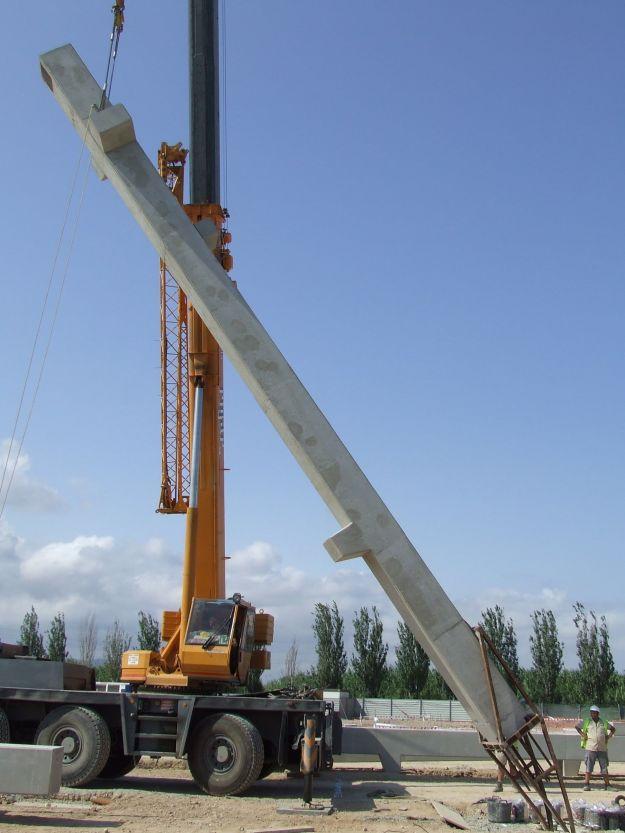 Montaje de pilar con barras salientes con una única grúa y útil especial. Una de las formas de voltear piezas prefabricadas