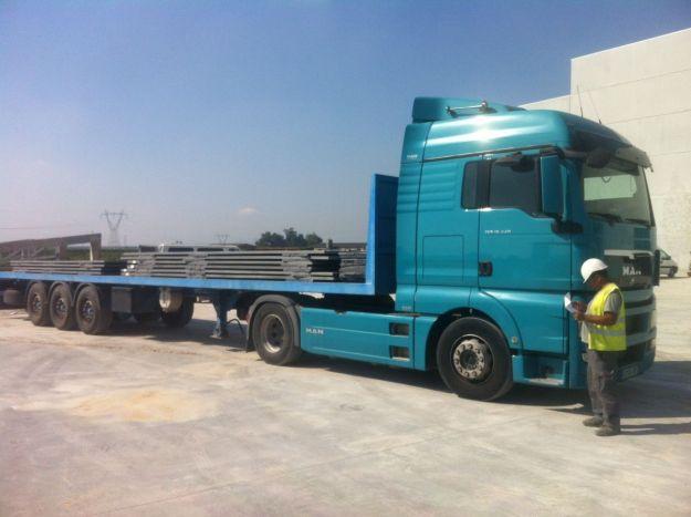Camión Trailer. Un tipo de camión para transportar piezas prefabricadas