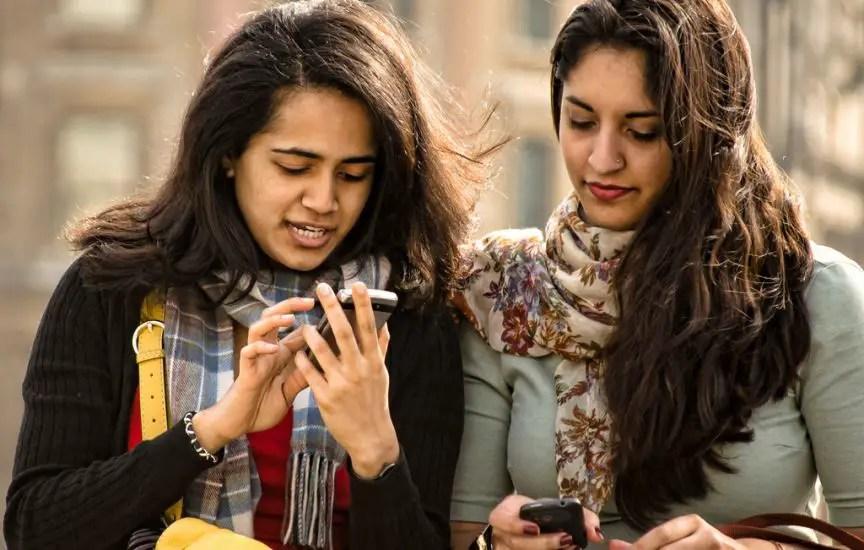 Chicas con celular