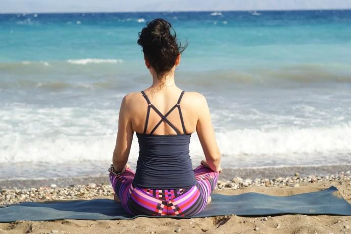Mujer meditar frente al mar