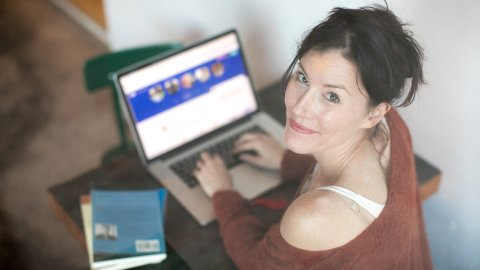 Mujer dando clases online