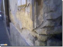 Apele din sol urca trecand prin izolatiile fundatiei ajungand in peretele tencuit