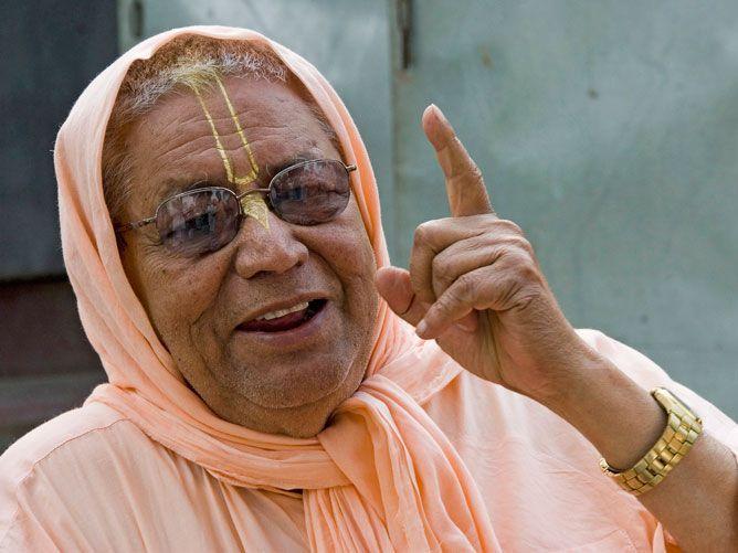 Srila-Govinda-Maharaj-Pointing-one-finger