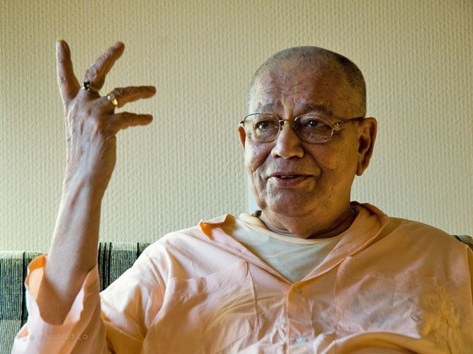 Srila-Govinda-Maharaj-Twisting-his-hand