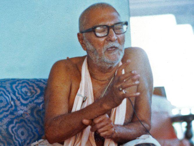Srila-Sridhar-Maharaj-Speaking-with-eyes-closed